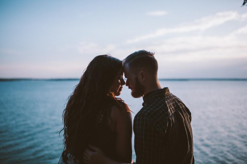 elkaar diep in de ogen aankijken tijdens de date