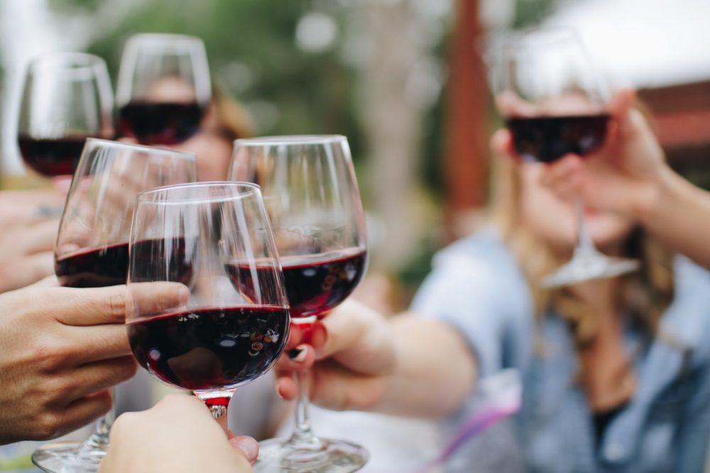 partycrashen met wijnglas